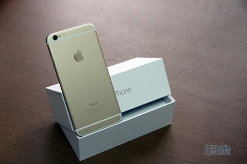 核心方面,苹果iPhone6内置了基于64位台式电脑级架构的A8芯片,同时具备M8协处理器。整体性能相对于A7芯片提升了50%。系统方面,搭载全新的iOS8操作系统,操作流程顺滑,添加了全新Siri和健康app的系统为整机使用加分不少。